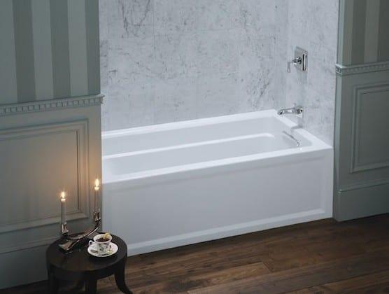 kleine badewanne für wandnischen im bad_coole wand-streichen ideen mit wandfarbe grau in streifenmuster