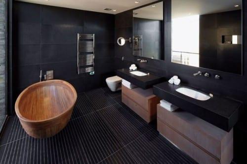 schwarze badezimmer mit schwarzen waschtischen und unterwaschtischschränke aus holz