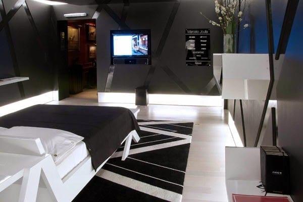 moderne schlafzimmer schwarz mit schwarzen wände und weißen wandregalen_wohnideen für moderne raumgestaltung in schwarz_coole schlafzimmer streich und einrichtungsideen mit wandeingebautem tv-gerät