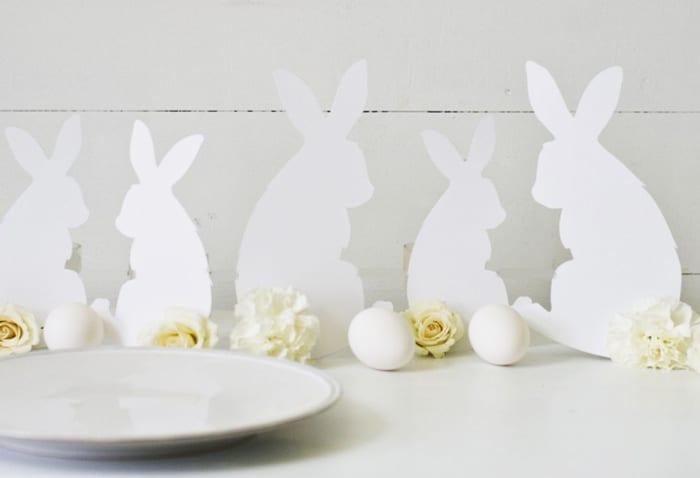 coole dekoideen mit papierhasen und weißen rosen und eiern_coole osterbastelideen für moderne osterdeko mit osterhasen