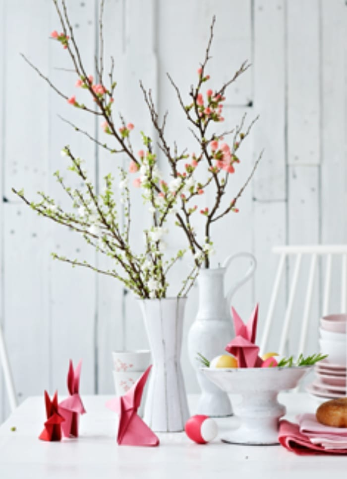 coole dekoideen und kreative osterbastelideen für tischdeko mit roten papier-osterhasen
