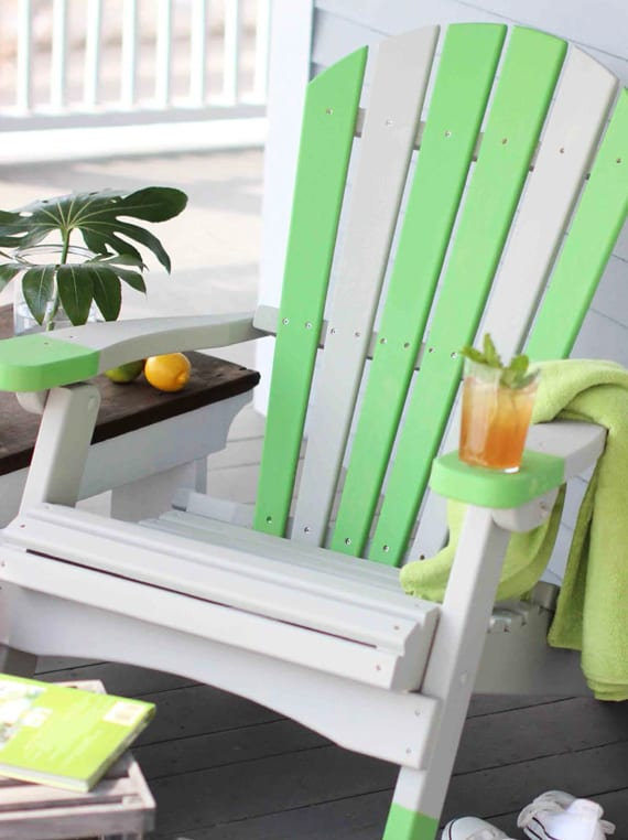 terrassengestaltung mit neu gestrichenen gartenmöbel_coole streich ideen für terrassenmöbel in weiß und grün