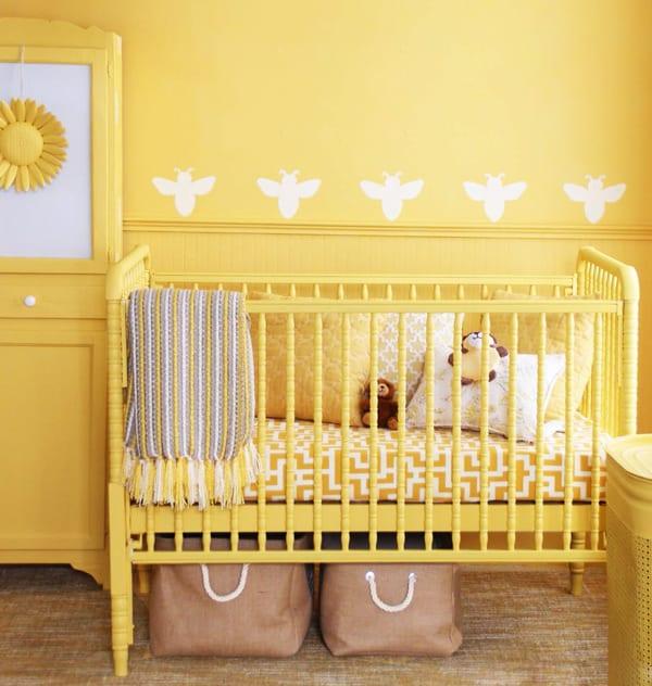 streich ideen und streichen tipps für babyzimmer_kinderzimmer farbgestaltung mit wandfarbe gelb und bienen-wand-muster_gelbes gitterbett und vintage-Holzschrank mit sonnenblume dekoration