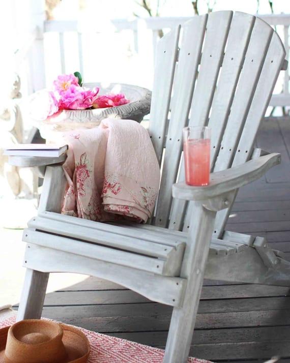 alte holzmöbel renovieren durch coole streich ideen für gartenmöbel aus holz_armstühl aus holz in weiß streichen