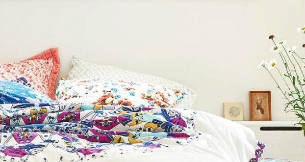 schlafzimmer ideen im bogo stil sch ne weisse bettw sche mit blumenmotiv in gelb und violett. Black Bedroom Furniture Sets. Home Design Ideas