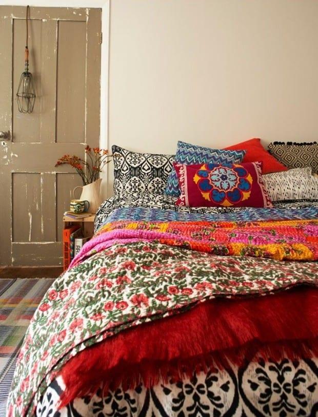 bohemian style im schlafzimmer gestalten mit bunter bettwäsche und holztür in beige gestrichen