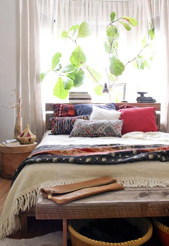 schöner wohnen schlafzimmer ideen für moderne schlafzimmereinrichtung und bett dekorieren mit bettwösche und kissenbezug in dunkelblau und rot