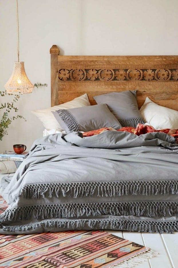 schöner wohnen schlafzimmer ideen mit weiß gestrichen holzfußboden und holzbett mit bettkofteil mit schnitzerei und pendel-weidenkorblampe