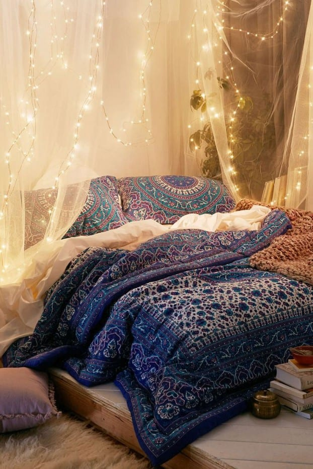 schöner wohnen schlafzimmer ideen für boho chic style im schlafzimmer mit baldachin und lichtkette dekoration
