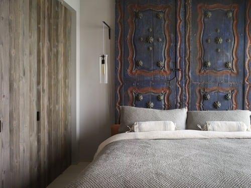 schöner wohnen schlafzimmer ideen für kleine schlafzimmer mit bettdecke grau ud betthopfteil aus alten holztüren in blau gestrichen
