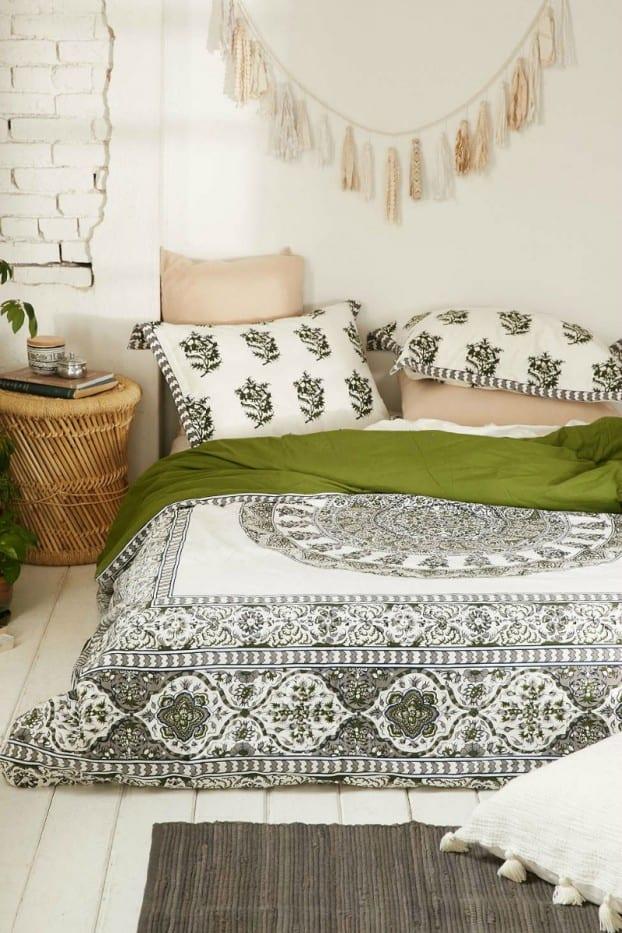 schöner wohnen schlafzimmer ideen für bohemian style und edle bettwäsche in weiß und grün