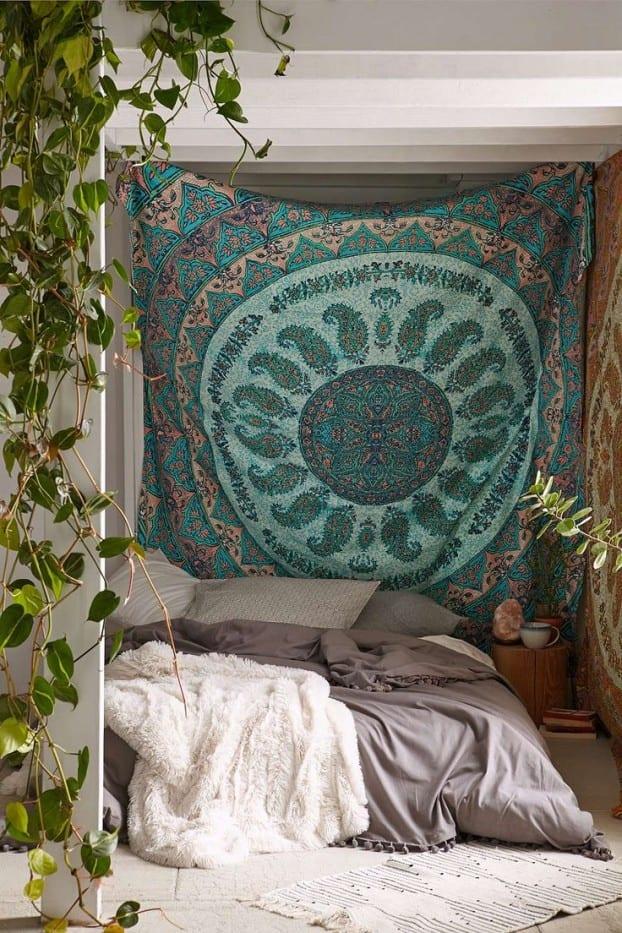 schöner wohnen schlafzimmer ideen für schlafzimmer dekoration mit pflanzen und gemusterten textilien als kreative wandgestaltung im boho chic style