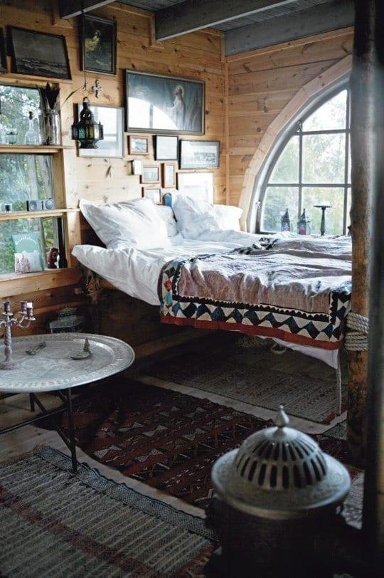 kleine schlafzimmer einrichten mit boho chic decken und teppichen_runder beistelltisch aus metall als nachttisch