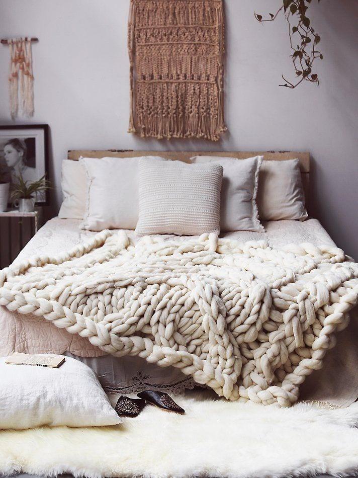 weiße strickdecke zum bett dekorieren und schlafzimmer einrichten in boho chic style