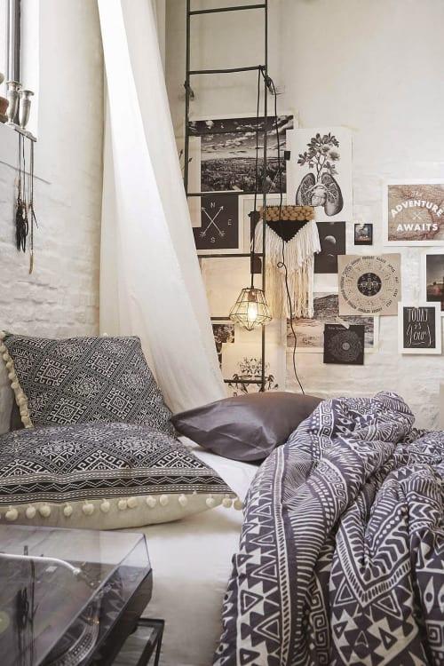 boho chic style gestalten im schlafzimmer mit weißen mauerwänden und moderne wandgestaltung mit schwarz-weißen fotos