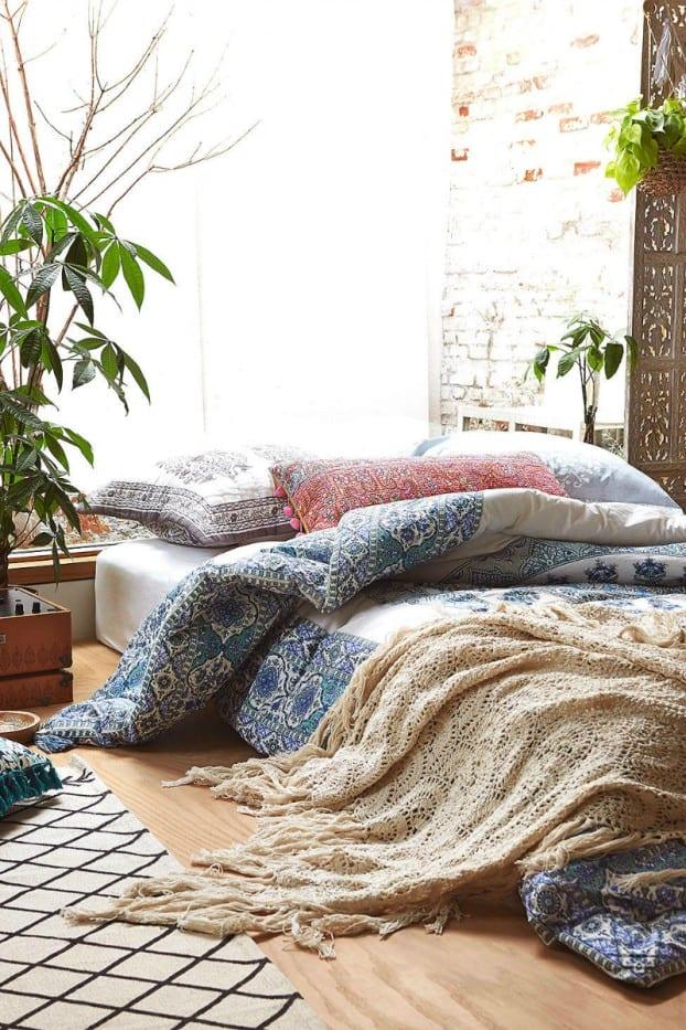 schöner wohnen schlafzimmer ideen mit pflanzen und gestrickten bettdecken