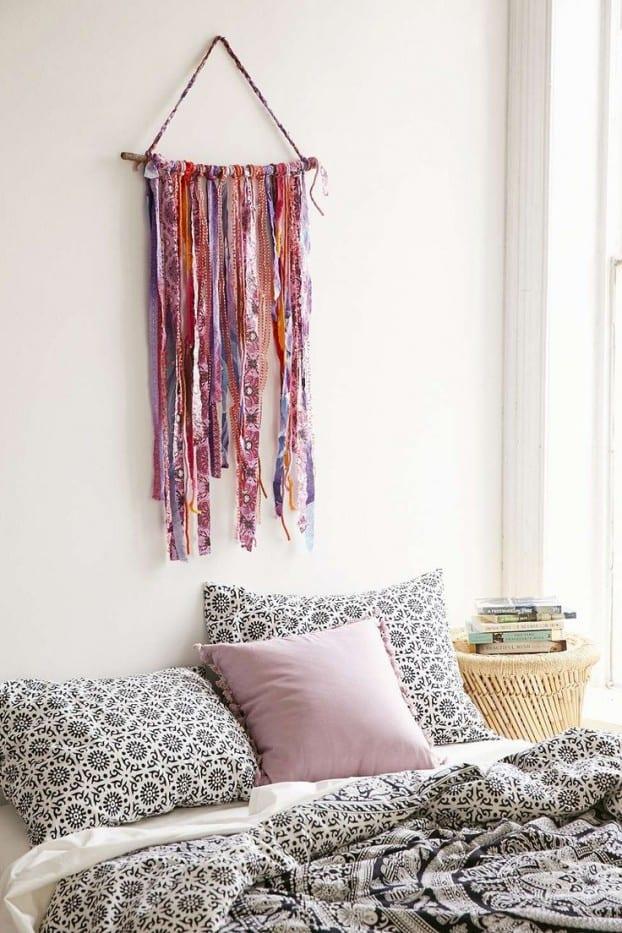 kreative wandgestaltung für boho chic schlafzimmer und schöne bettwäsche weiss mit muster in schwarz