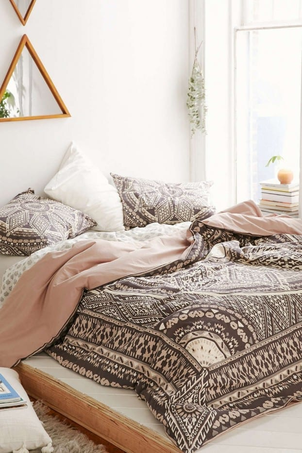 schöne bettwäsche braun und altrosa und kreative schlafzimmer wandgestaltung mit dreieckigen spigeln als schäner wohnen schlafzimmer idee