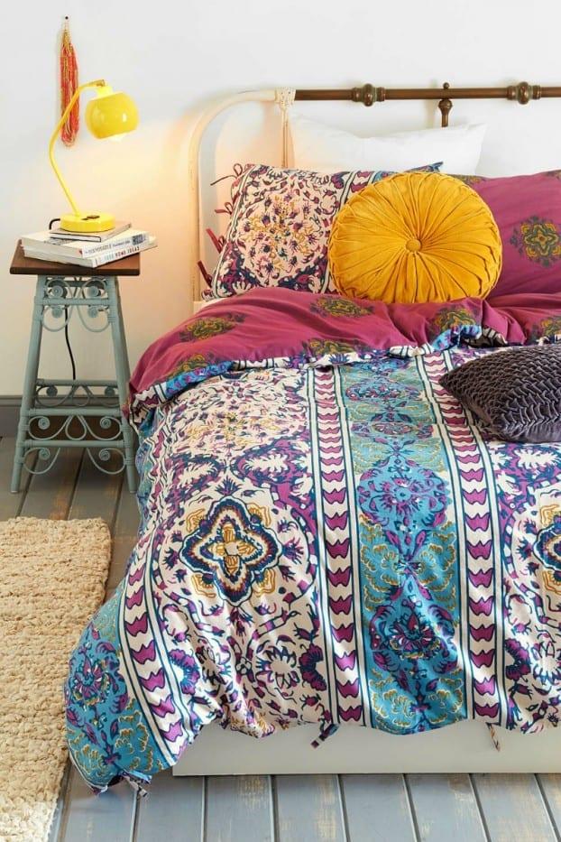 schöner wohnen schlafzimmer und schöne bettwäsche bunt als inspiration für boho stil in blau und pink