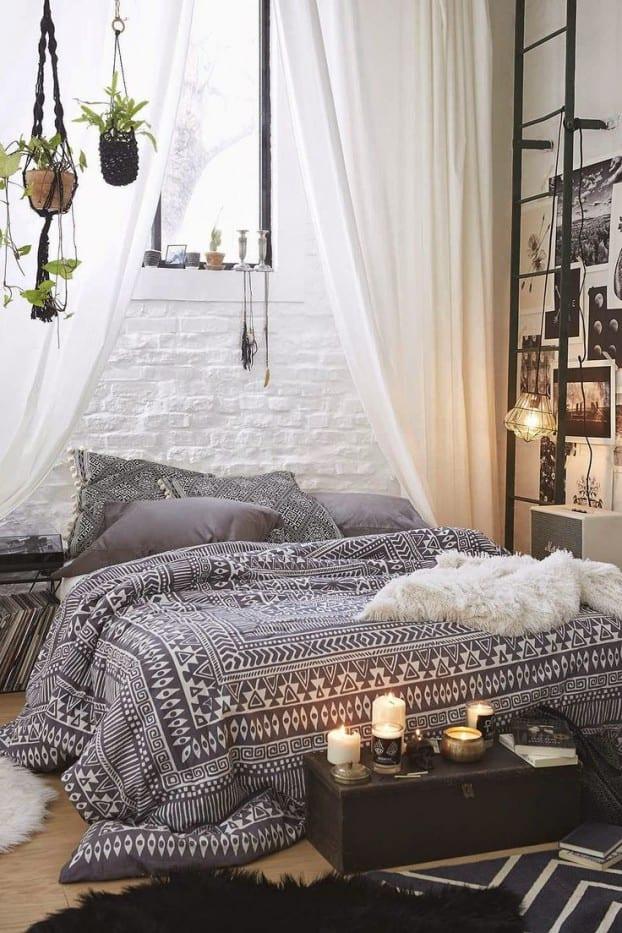 kleine schlafzimmer einrichten in bohemian style mit betwäsche schwarz und kreative wandgestaltung mit schwarzweißen fotos