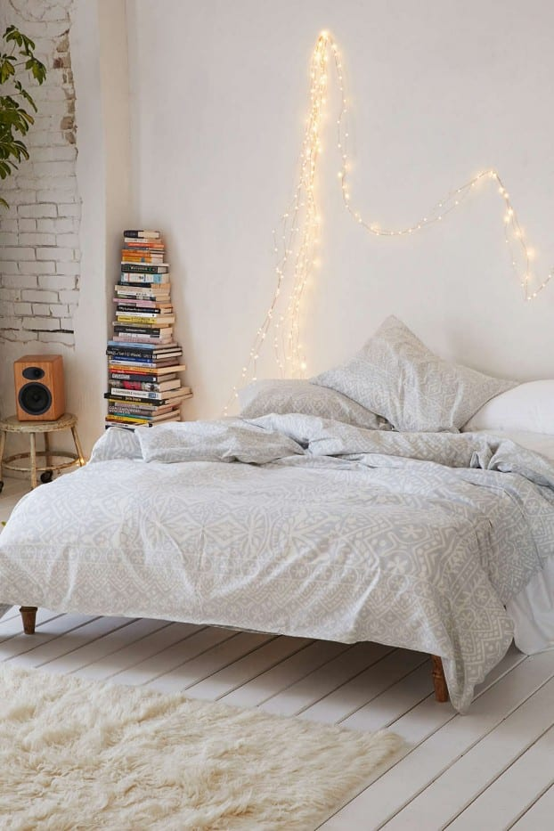 schöner wohnen schlafzimmer ideen für boho chic einrichtung mit weißem Teppich und kreative wandgestaltung schlafzimmer mit lichtkette