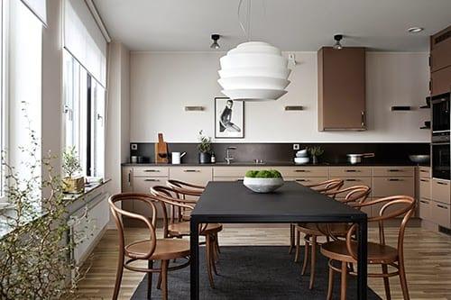coole streichen ideen für moderne küche mit parkett und cremefarbigen küchenschränken
