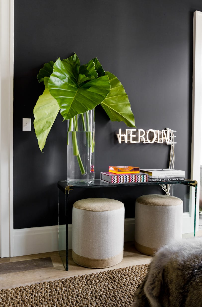 wand streichen ideen mit wandfarbe schwarz_schwarze wände und weiße türrahmen als coole wohnidee wohnzimmer mit beistelltisch glas und große glasvasse mit grünen blättern als tischdeko