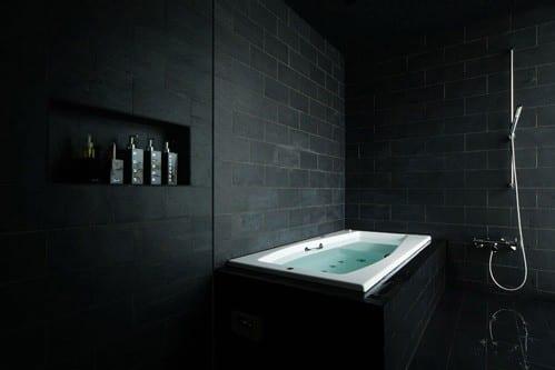 schwarze natursteinfliesen fürs bad_moderne badezimmer einrichtung mit badewanne und wandnische mit schwazen fliesen verkleidet