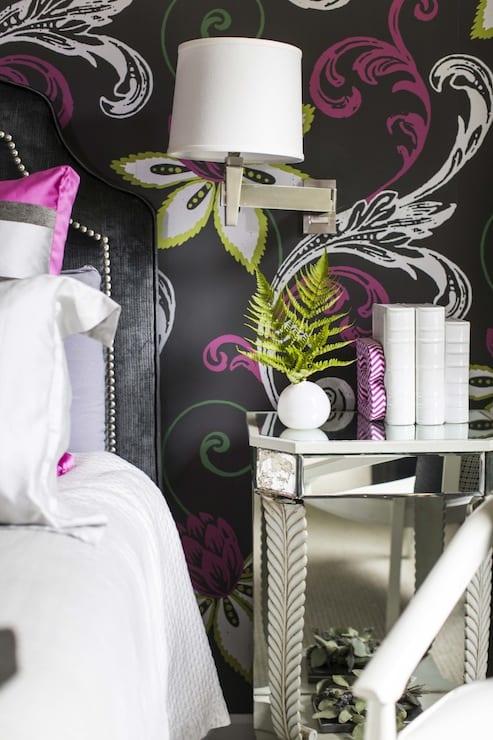 schwarze wand mut blumenmuster in leuchtenden farben für moderne wandgestaltung schlafzimmer
