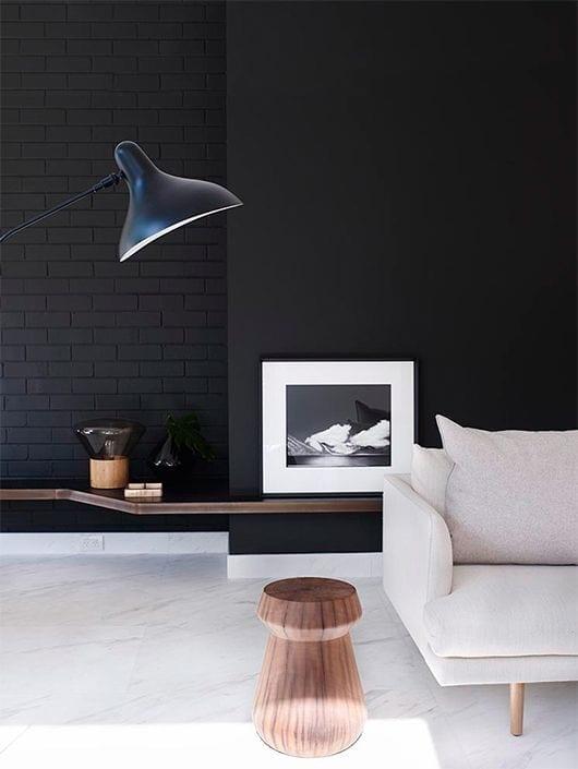 wohnzimmer design mit schwarzen wände und sofa weiß_moderne wandgestaltung mit wandfarbe schwarz für glate und texturierte wandflächen