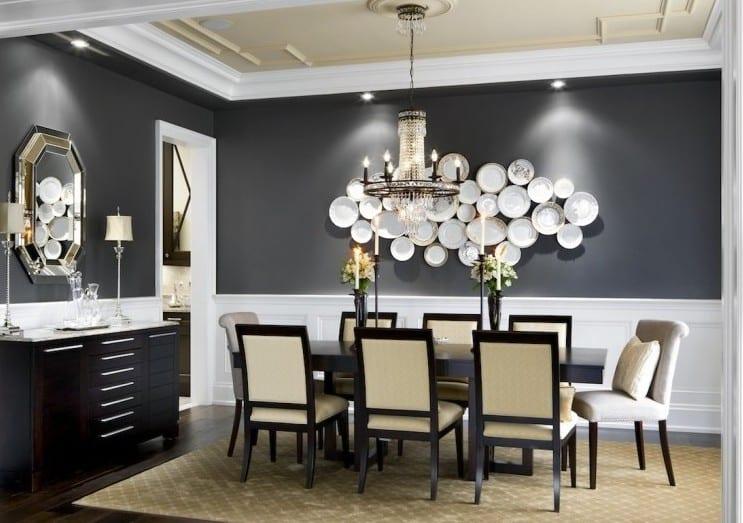 esszimmer einrichten mit dunklem parkett und schwarzen holzesstischstühlen mit cremefarbigen damst_farbgestaltung esszimmer in schwarzweiß mit schwarzer wandfarbe und weißen türrahmen