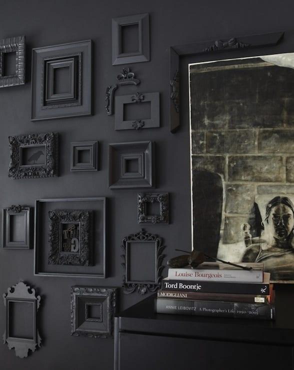 moderne und kreative wandgestaltung für schwarze wände mit schwarz gestrichenen bilderrahmen