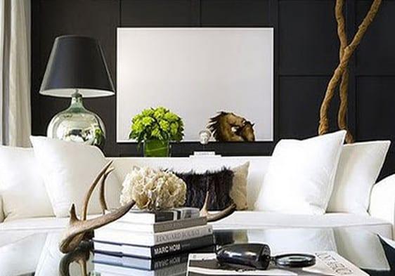 schwarze wand als hintergrund für weiße mäblierung_wohnzimmer in schwarzweiß einrichten