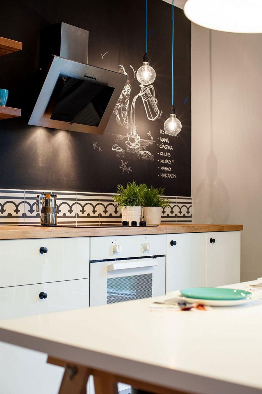 weiße küche mit schwarzer wandfarbe und wandregalen aus holz_kreative einrichtungsideen für kleine küchen und coole wand streichen ideen und wandgestaltung küche