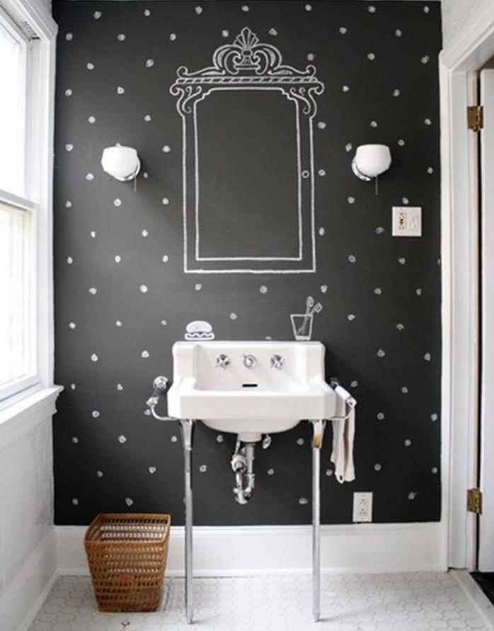 wand streichen ideen für badezimmer mit wandfarbe schwarz und weißem punktmuster