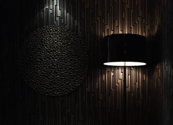 moderne wandgestaltung und beleuchtung für schwarze wände