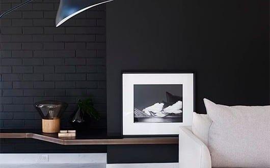 schwarze w nde mit textur coole wohnideen f r wohnzimmer design in schwarzwei mit holzregal und. Black Bedroom Furniture Sets. Home Design Ideas