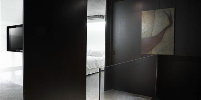 schwarze w nde und schwarze decke als akzent zu wei em fufbodenbelag moderne hauseinrichtung und. Black Bedroom Furniture Sets. Home Design Ideas