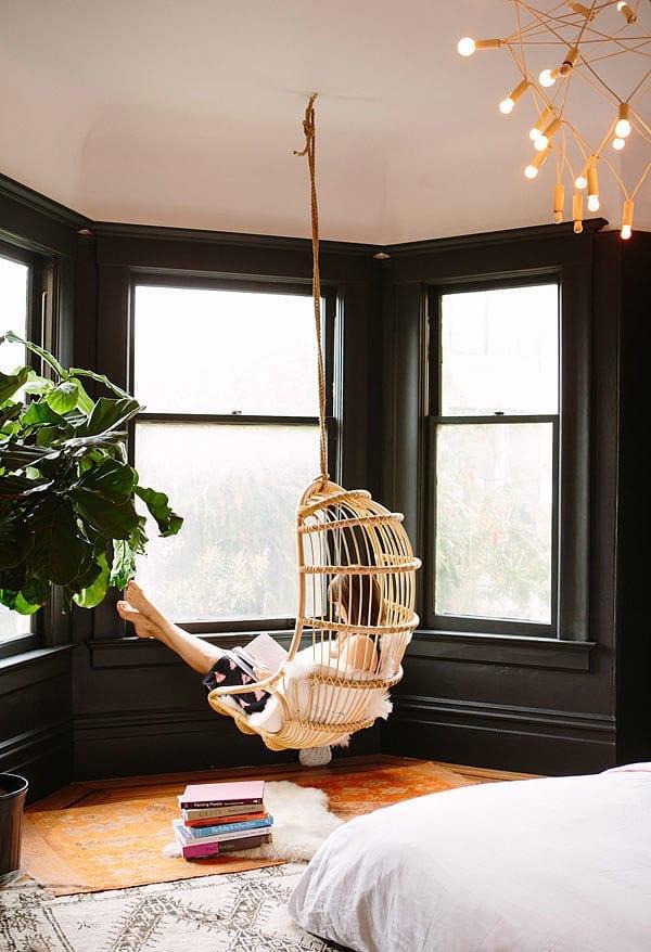 kleine schlafzimmer gestalten mit schwarzen wänden_holzfensterrahmen in schwarz streichen