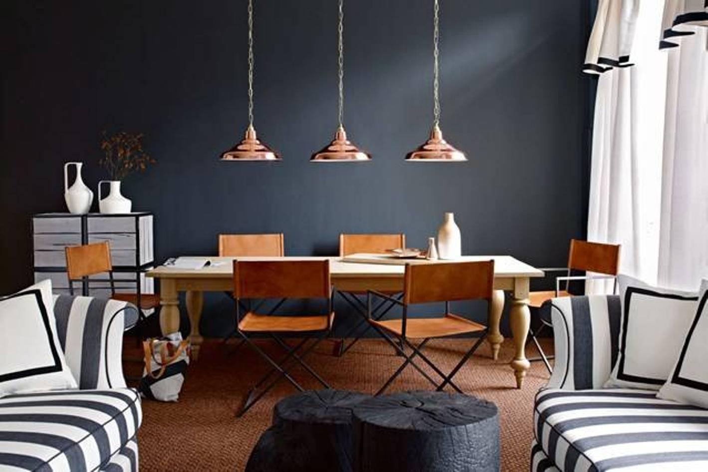 wohnesszimmer modern einrichten mit holzesstisch massiv und klappstühlen_seats und sofas mit streifenmuster in schwarzweiß und coole couchtisch aus runden Holzklötzen