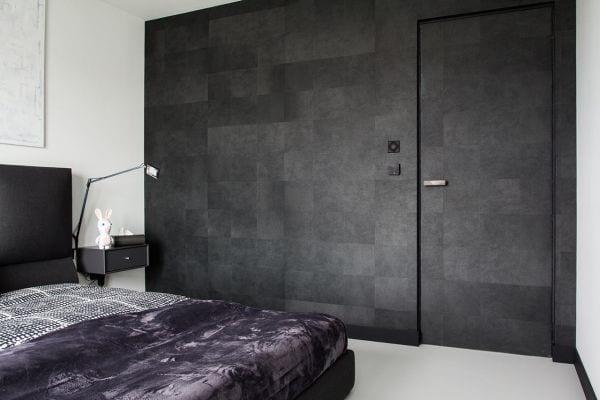 coole einrichtung schlafzimmer mit schwarzem bett und schwarzen nachttischen