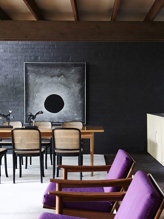 moderne einrichtung wohnzimmer mit holzdecke und akzentwand in schwarz