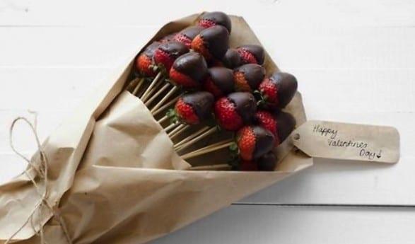 blumen valentinstag_coole ideen für leckere Überraschung mit essbarem blumenstrauß aus erdbeeren