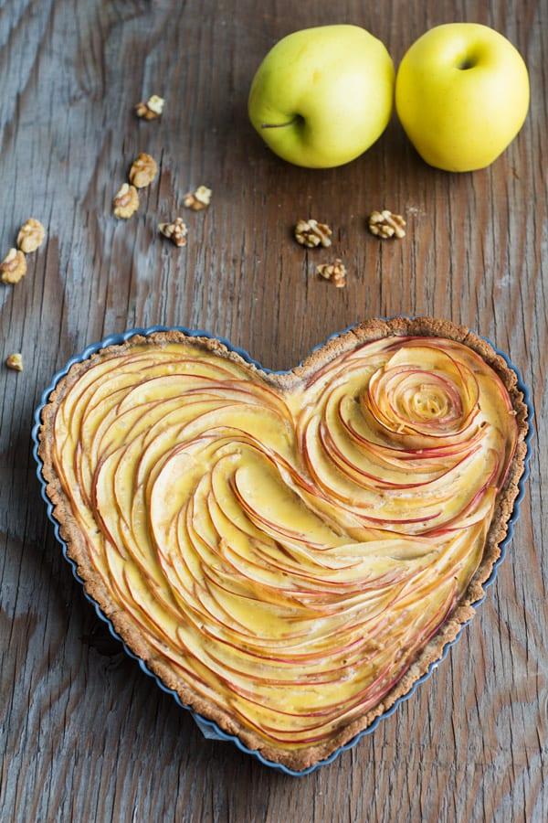 herzförmiger Valentinstag Kuchen für romantisches Frühstück backen