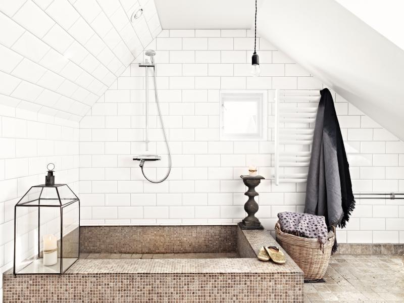 vintage badezimmer weiß mit fliesen badezimmer weiß und ausgemauertem duschbecken mit mosaik