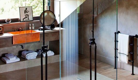 moderne badezimmer im vintage style mit moderner dusche und waschtisch aus beton mit waschbecken. Black Bedroom Furniture Sets. Home Design Ideas
