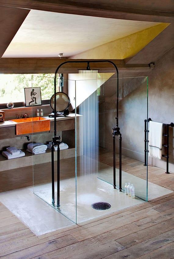 moderne dusche mit glaswänden und estrichboden im badezimmer modern mit holzfußboden und gaubenfenster