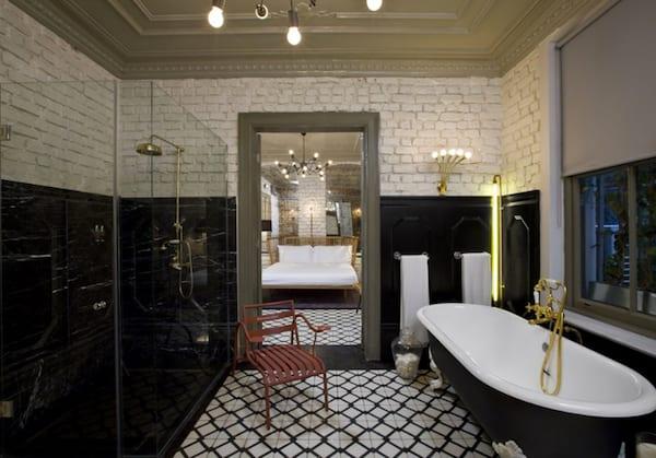 badezimmer schwarz weiß mit freistehender badewanne schwarz und spiegel im holzrahmen grau als badezimmer idee für vintage bad design