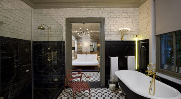 moderne badezimmer im vintage style mit ziegelwand wei und bodenfliesen schwarz wei freshouse. Black Bedroom Furniture Sets. Home Design Ideas