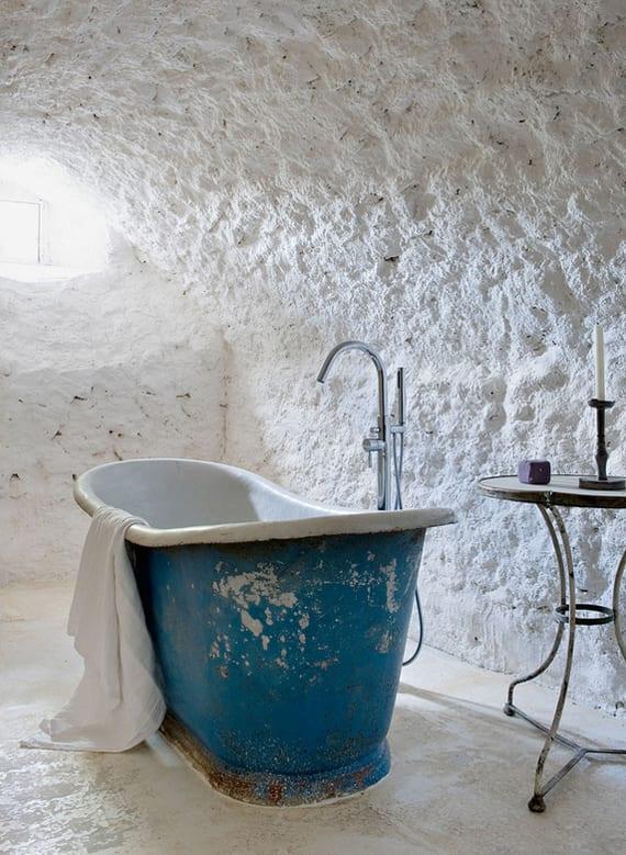 vintage badezimmer weiß mit gewölbter decke und grobem putz_freistehenede badewanne blau und runder beisteltisch als badezimmer ideen für kleine moderne badezimmer mit kleinem fenster